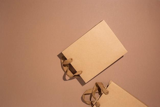 ギフト用のパッケージバッグ、茶色の段ボールの背景に茶色のクラフト。上面図、フラットレイ。
