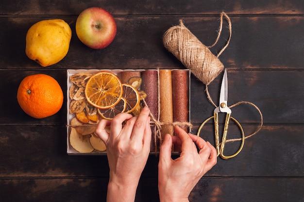 Ящики для упаковки сладких фруктовых закусок - пастилок и сухофруктов.