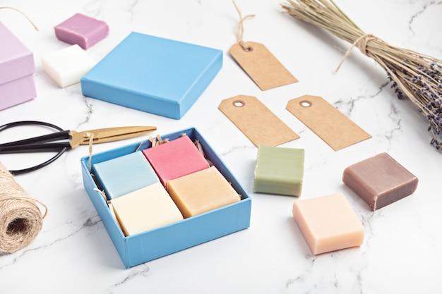 手作りの天然バー石鹸でギフトボックスを包装する倫理的で持続可能なゼロウェイストライフスタイル