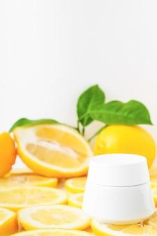 레몬 배경에 바디 케어 크림 포장
