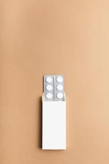 色付きの背景に白い錠剤の包装