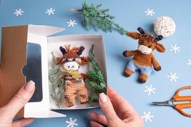 Упаковка игрушки бык символ 2021 связана крючком. домашнее хобби на новый год.