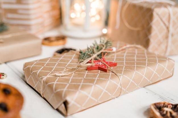 赤い星と針葉樹が詰められて包装されたギフトボックスの上に、ゲストや友人がクリスマスの準備ができている