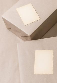 Упакованные коробки на сером фоне с открытки, вид сверху.