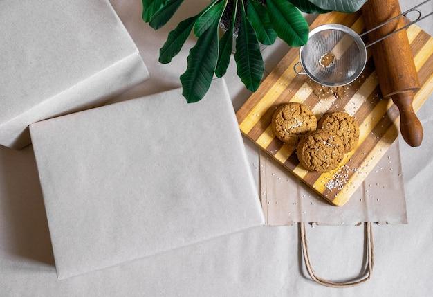 Упакованные коробки хозяйственная сумка для доставки еды и зеленых растений на сером фоне вид сверху