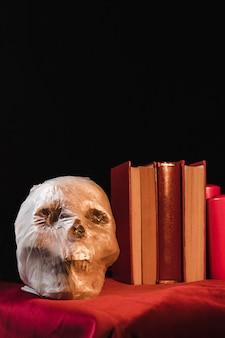 Упаковано в пластиковый мешок черепа и книги Бесплатные Фотографии