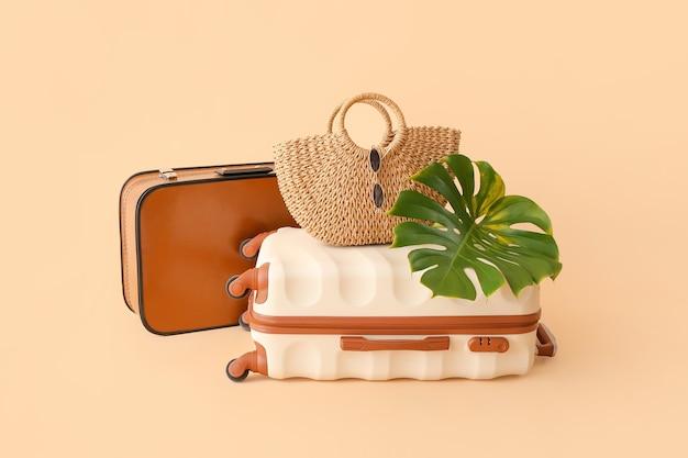Упакованный багаж на бежевом