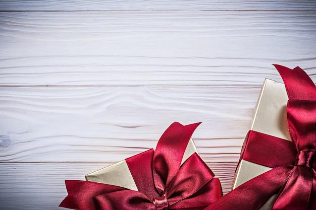Упакованные подарочные коробки на деревянной доске