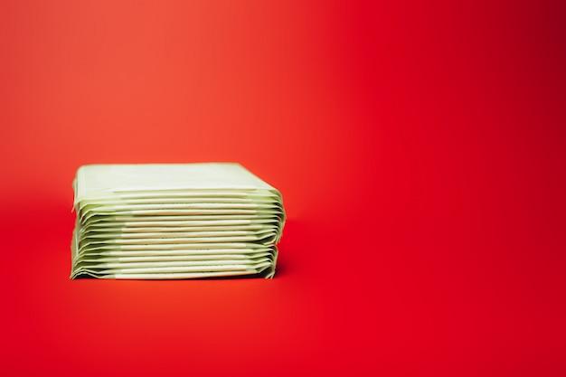 赤い表面に詰められた生理用ナプキン