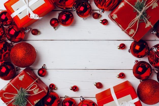흰색 나무 보드 평면도에 작은 크리스마스 선물과 빨간 싸구려 포장