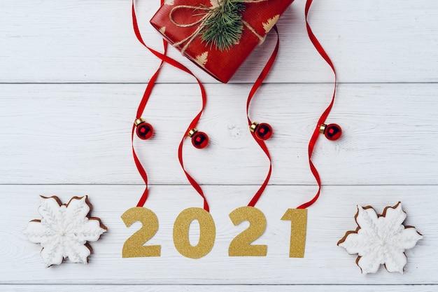 小さなクリスマスプレゼントと白い木の板に赤いつまらないものを満載