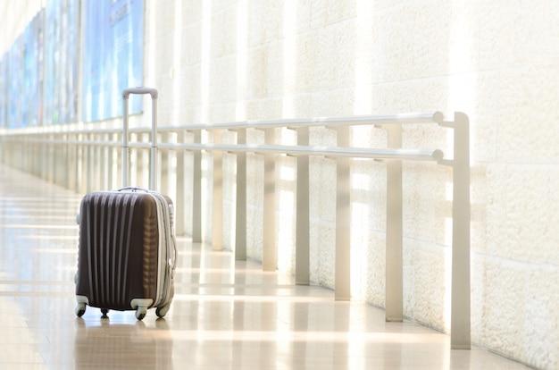 Упакованный дорожный чемодан, аэропорт. летний отдых и отпуск концепции.