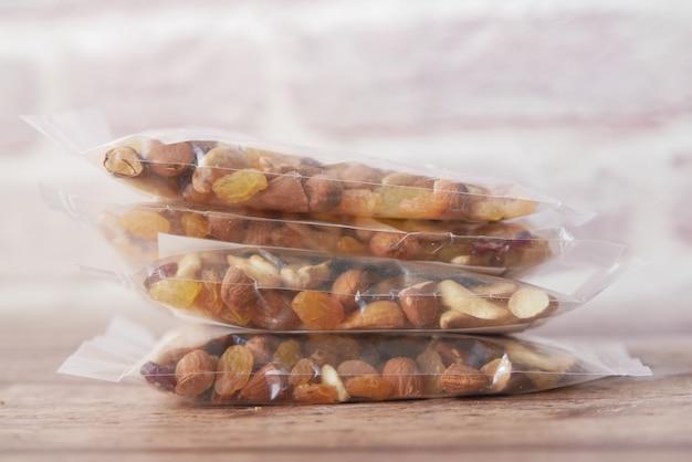 テーブルの上のミックスナッツのパケット
