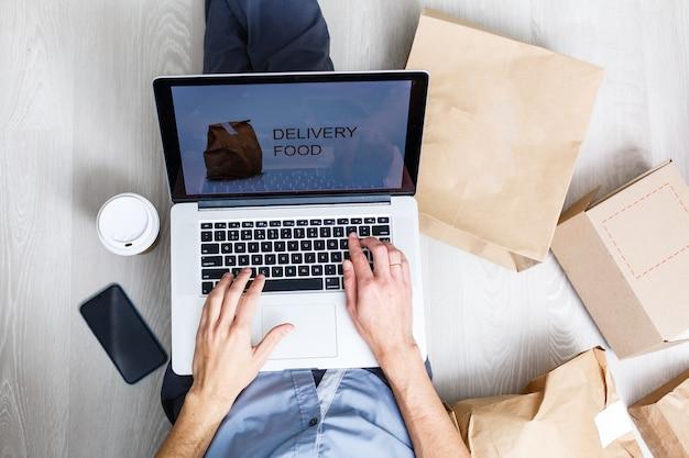 스타트업 소기업 소유자의 직장에서 액세서리를 포장하고 온라인 판매를 위한 판지 소포 상자. 기업가, 온라인 판매를 위한 판지 소포 상자. 배송 개념입니다.