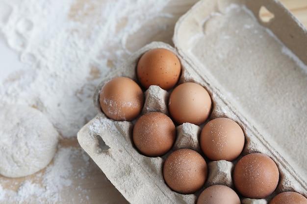 Упаковка яиц и муки на столе