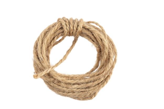 白い背景でクリッピングするための結ばれた弓の分離とジュートで作られたパッキングロープ