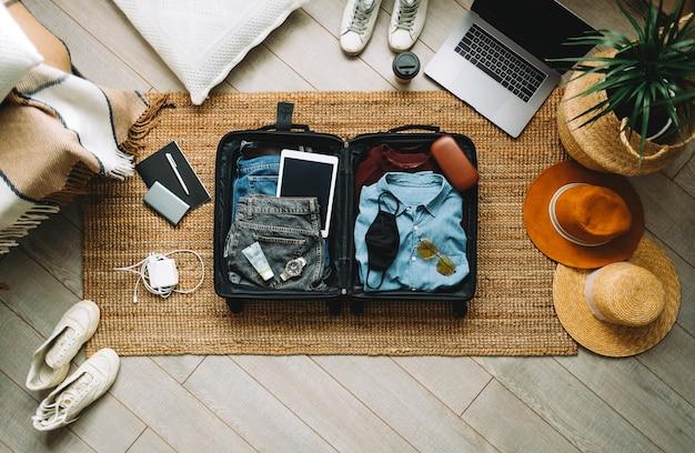 새로운 정상, 상위 뷰에서 여행 휴가를위한 가방 포장.