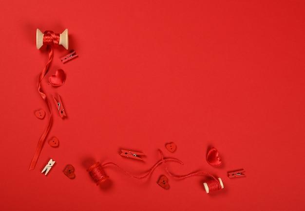 발렌타인 선물, 하트, 꼬기, 리본, 빨간색 배경에 빨래 집게 포장, 바로 위의 평평한 평신도, 높은 평면도를 닫습니다.