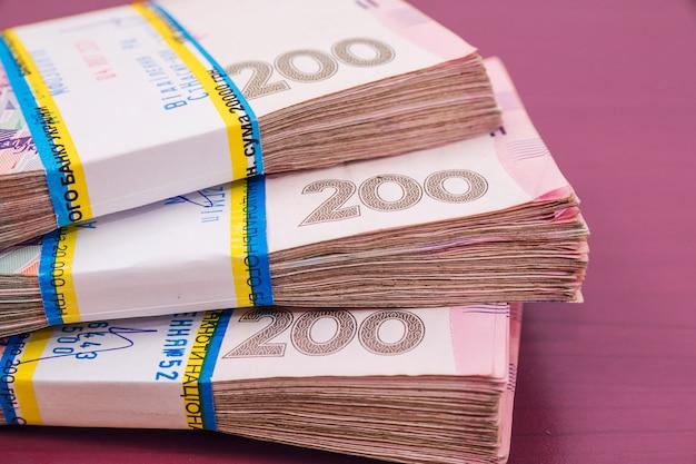Пачки украинских гривен. финансовая концепция. много денег.
