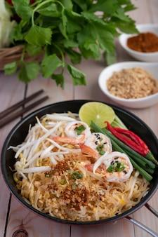 Pad тайские свежие креветки в сковороде.
