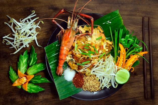 Pad thai noodle, обжаренное с креветками и соусом, подается с измельченным арахисом