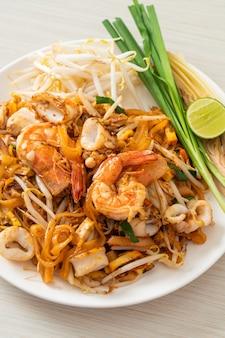 パッタイシーフード-エビ、イカまたはタコと豆腐をタイ風に混ぜて揚げた麺