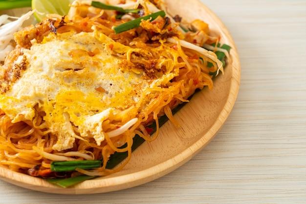 Пад тай - жареная лапша по-тайски с яйцом - стиль азиатской кухни