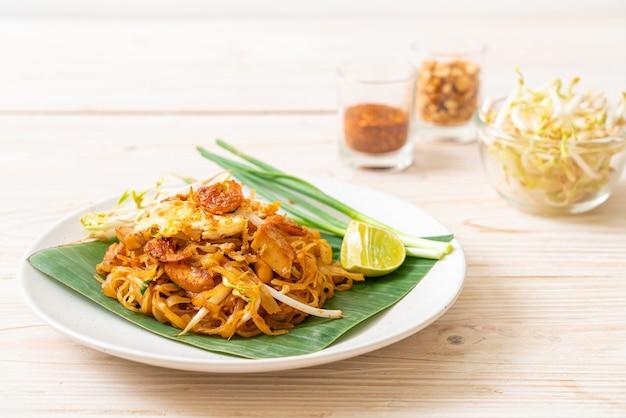 Пад тай - жареная рисовая лапша с сушеными солеными креветками и тофу