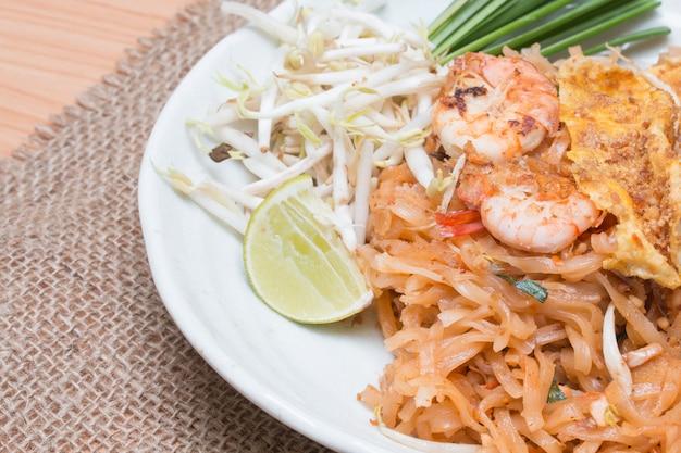 Pad thai(タイの国民料理)。