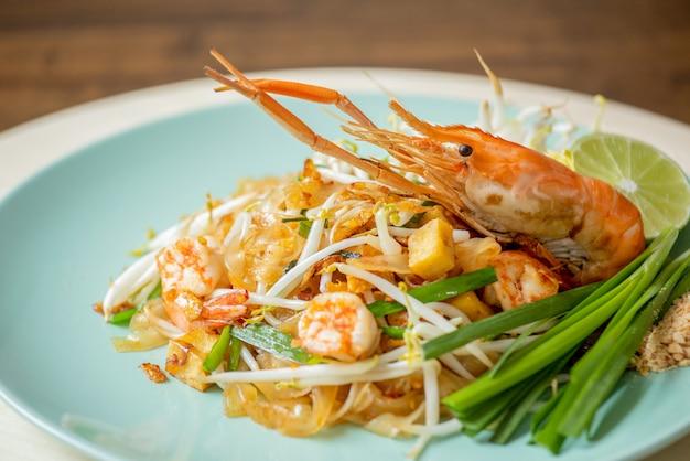 Крупным планом вкусные горячие свежие pad тайский украшенный с большой креветкой