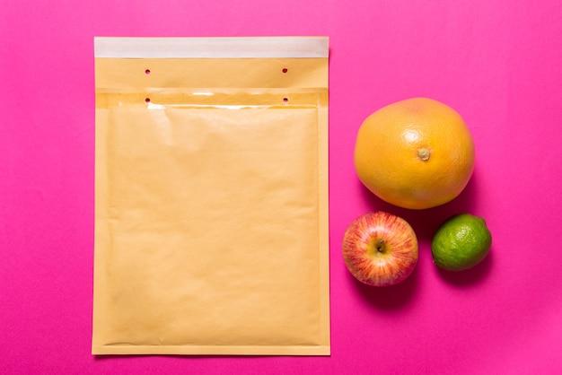 Padde封筒と果物、配送コンセプト