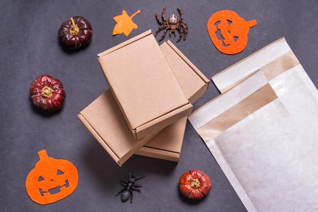 ハロウィンのギフトに使用されるパッド入りの封筒と段ボール箱
