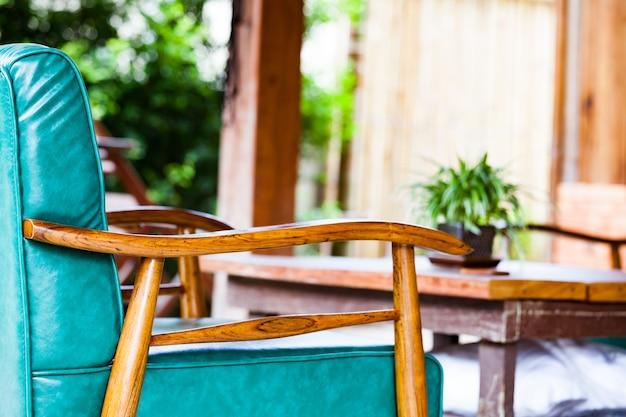 Мягкий деревянный стул в гостиной для дома в таиланде