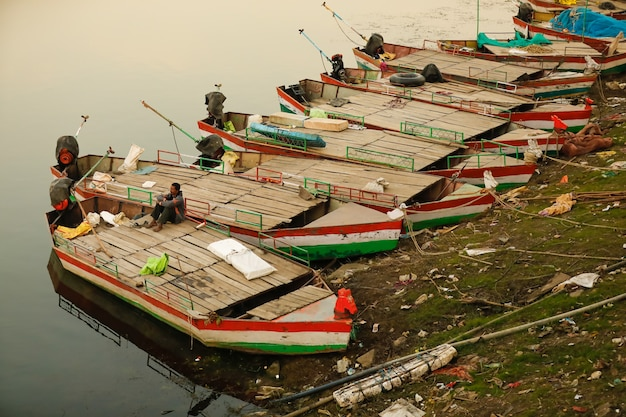 パドルボートが湖畔の観光客を待機
