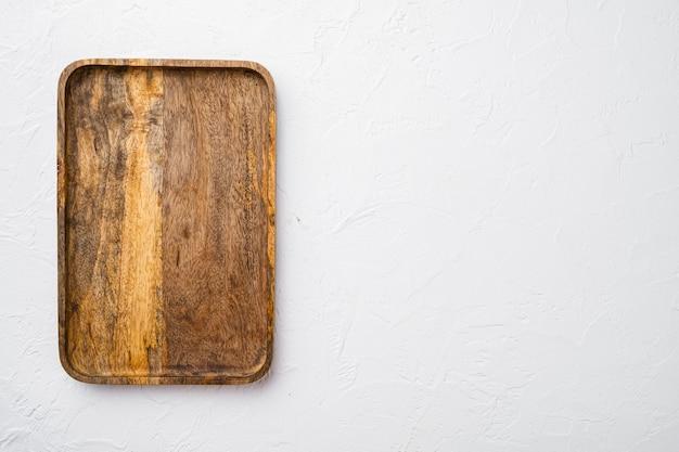 패들 커팅 또는 서빙 보드 세트, 상단 뷰 플랫 레이, 텍스트 또는 제품 복사 공간이 있는 흰색 석재 테이블 배경