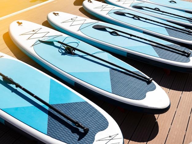 항구에서 패들 서핑 보드