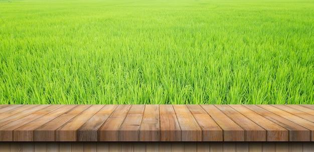 논에 있는 논 쌀과 빈 나무 탁자, 복사 공간, 디스플레이 몽타주.