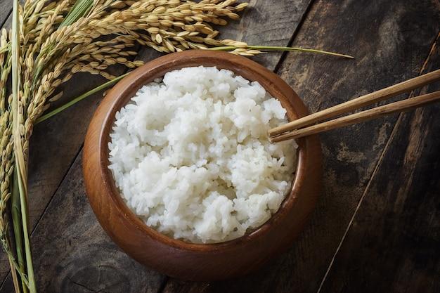 쌀밥과 쌀밥에 벼 프리미엄 사진