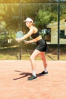 여름에 야외 코트에서 노는 파델 테니스 여자