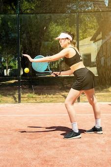 Padel 테니스 여자 야외 코트에서 플레이