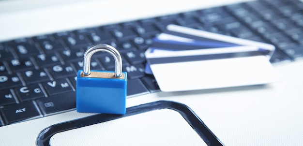 컴퓨터 키보드의 자물쇠와 신용 카드. 신용카드 보안