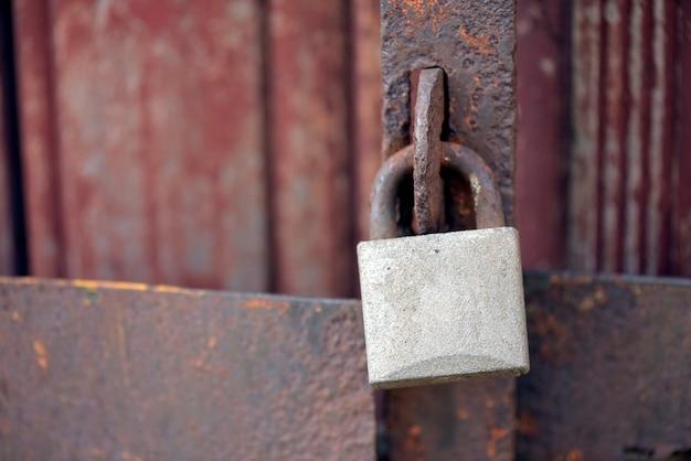 닫힌 된 오래 된 문에 자물쇠