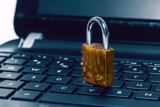 컴퓨터 노트북 키보드에 자물쇠. 인터넷 보안, 데이터 개인 정보 보호, 사이버 범죄 예방의 개념. 선택적 초점.