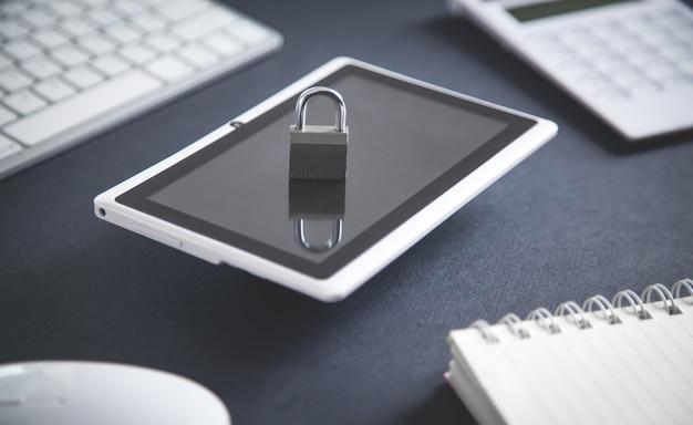 태블릿에 자물쇠. 인터넷 및 기술 보안