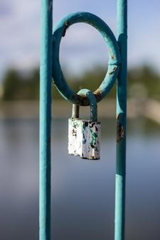 愛と忠誠のしるしとしての都市公園の橋の南京錠
