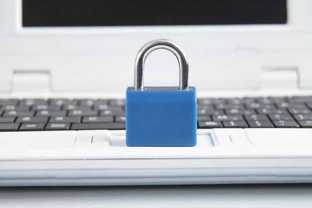 노트북 키보드에 자물쇠. 인터넷 및 컴퓨터 보안