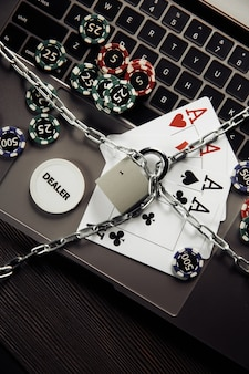 자물쇠, 노트북 키보드에 칩 및 카드 재생. 법의 개념과 도박의 규제