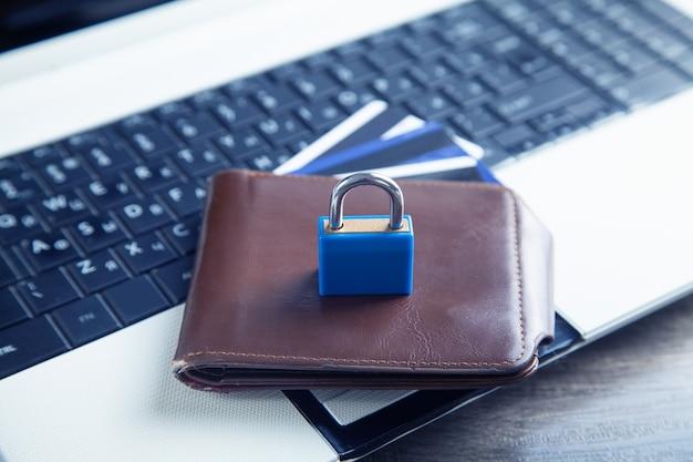 컴퓨터 키보드의 자물쇠, 지갑 및 신용 카드. 신용카드 보안