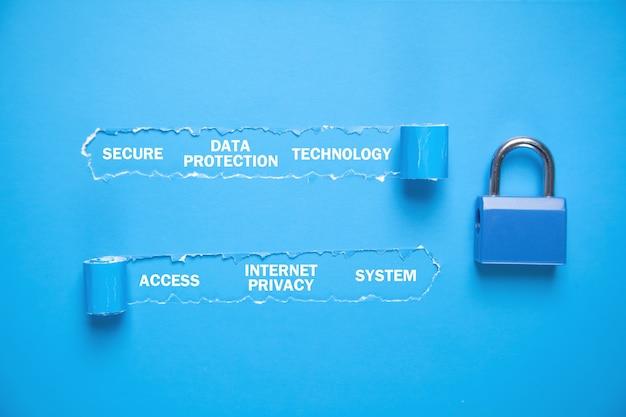 찢어진 된 종이와 단어 자물쇠. 데이터 보호. 인터넷 프라이버시