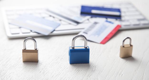 자물쇠, 신용 카드 및 컴퓨터 키보드.